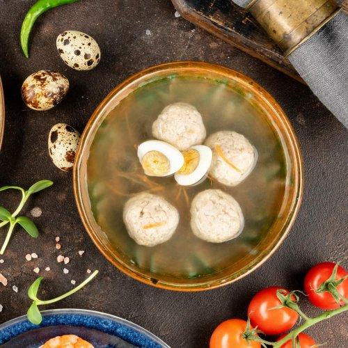 Куриный бульон с фрикадельками и перепелиным яйцом