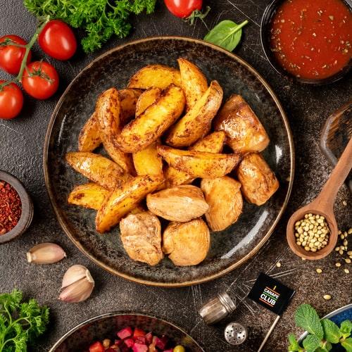 Куриный шашлык с картофельными дольками и соусом Пилатти