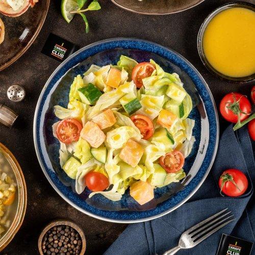 Микс из свежих овощей с запеченным лососем