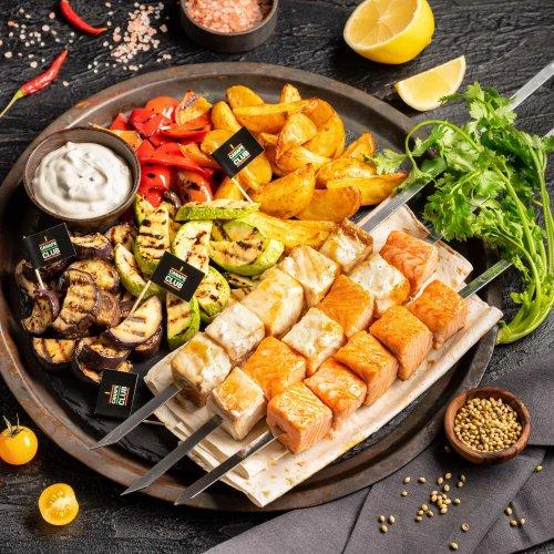 Шашлык из кеты и масляной рыбы с овощами гриль