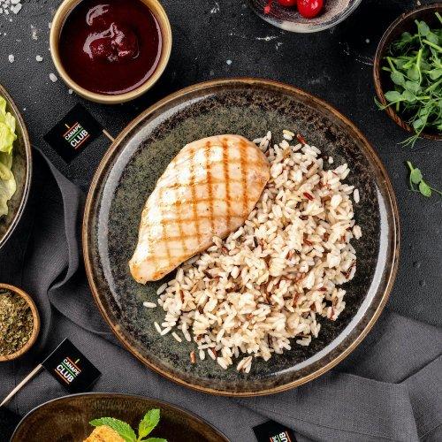 Стейк из индейки с рисовым миксом и вишневым соусом