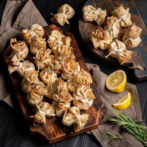 Мешочки из крепа с салатом из лосося